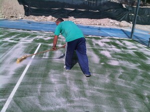 mantenimiento de pistas de pádel de césped artificial